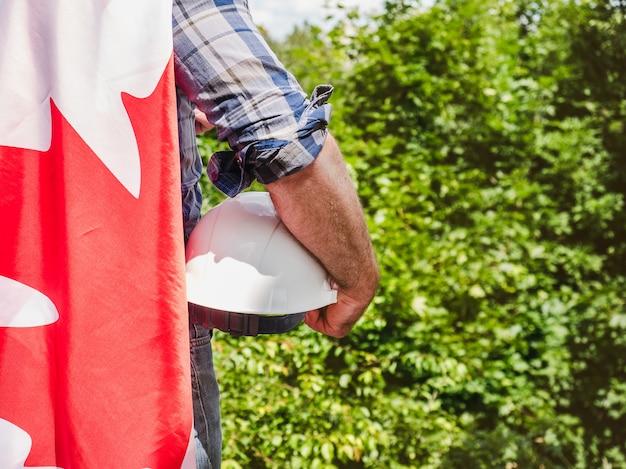 Мужчина в шлеме с канадским флагом