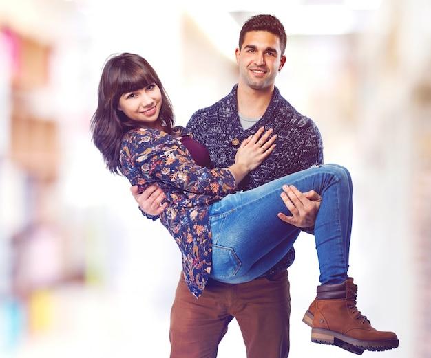 L'uomo con la sua ragazza tra le braccia