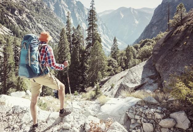 Человек с походным снаряжением гуляет в горах сьерра-невада, калифорния, сша