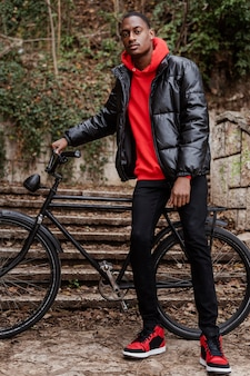 公園で自転車を持った男