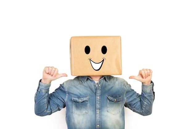 상자에 그의 머리를 가진 남자와 그것에 그려진 행복 제스처와 thums