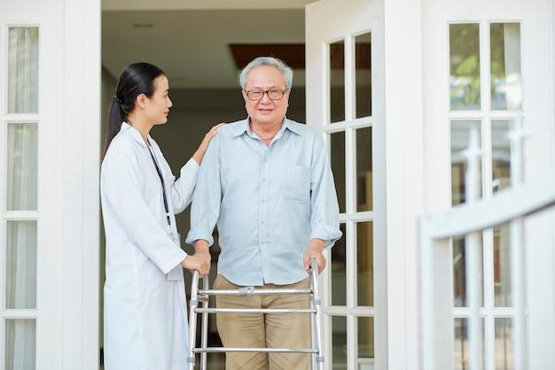 在宅介護者を持つ男