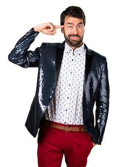 狂ったジェスチャーを作るジャケットを持つ男