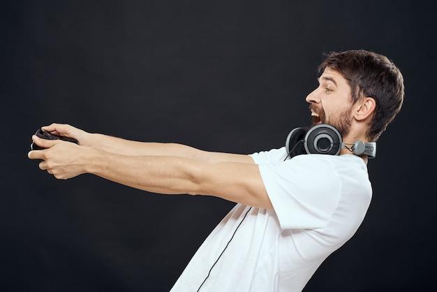 손 헤드폰 기술 레저 게임에 조이스틱을 가진 남자