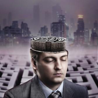 Человек с лабиринтом в его мозгу на темном городе