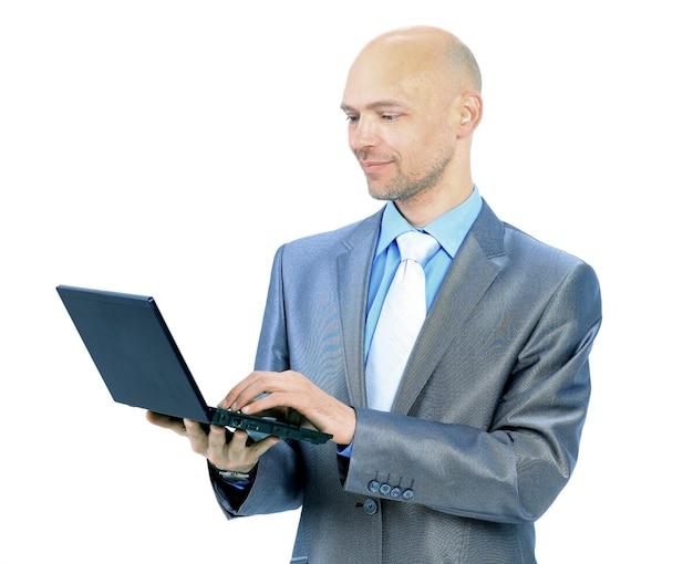흰색 바탕에 노트북을 가진 남자