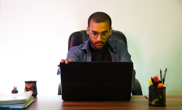 Человек с ноутбуком, используя ноутбук