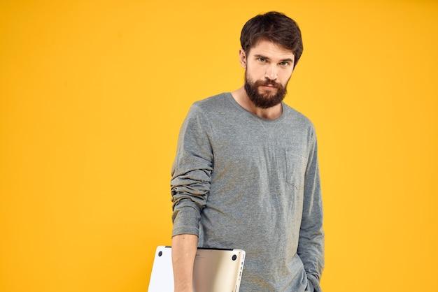 Человек с ноутбуком беспроводные технологии интернет образ жизни работа желтый изолированное пространство