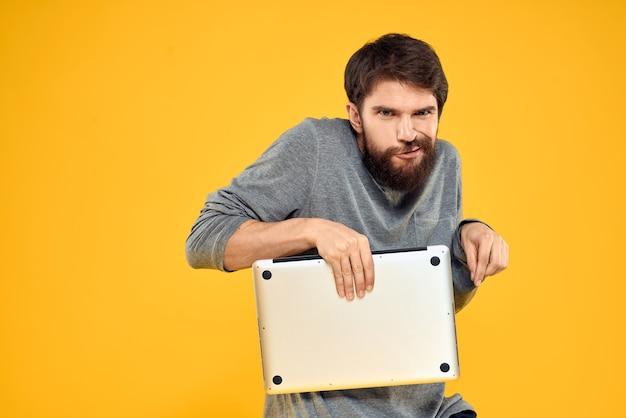 ノートパソコン、ワイヤレス技術を持つ男