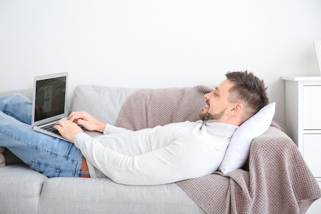 Человек с ноутбуком, работающим дома
