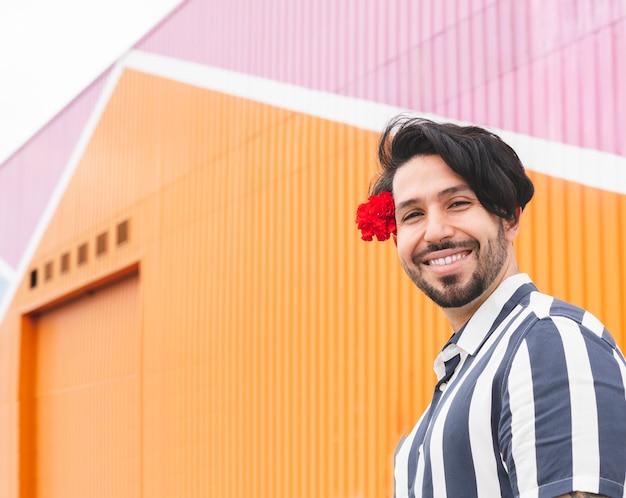 長い髪の男と笑顔の花
