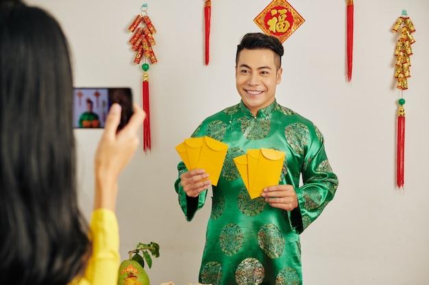 Человек с счастливыми денежными конвертами