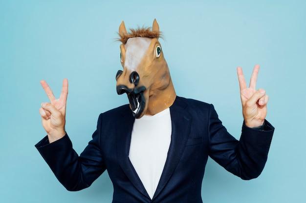 マスクと馬を持つ男