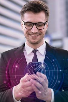 Человек с мобильным телефоном делает сканирование отпечатков пальцев Premium Фотографии