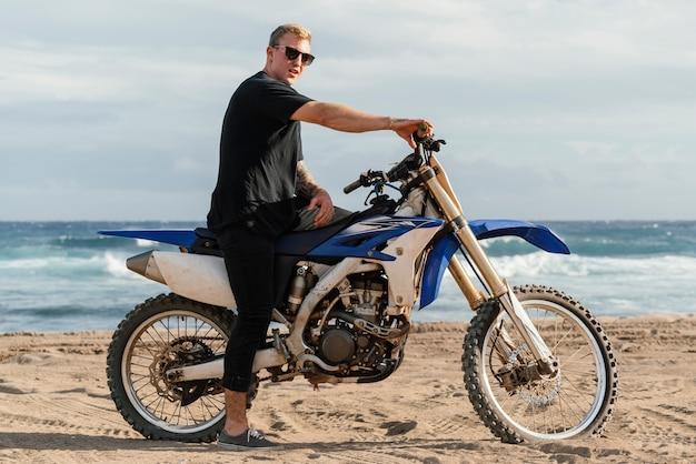 Uomo con la moto alle hawaii