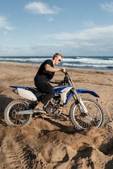 하와이에서 오토바이를 가진 남자