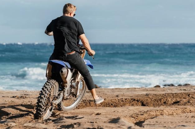 Человек с мотоциклом на гавайях
