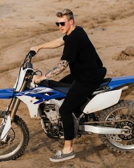 ハワイでバイクを持つ男