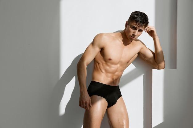 Человек с мускулистым телом черные трусы мачо образ жизни. фото высокого качества