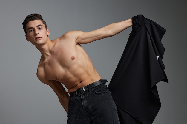 Человек с мускулистым образом жизни привлекательности топлесс черной рубашке.