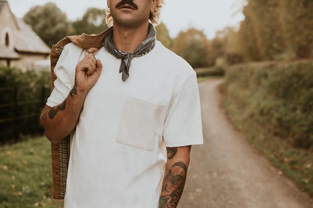 디자인 공간이 있는 흰색 티셔츠를 입은 콧수염을 가진 남자
