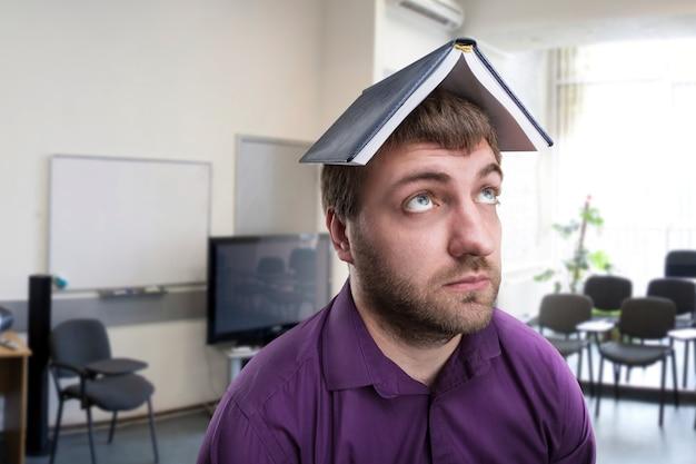 Человек с ноутбуком на голове