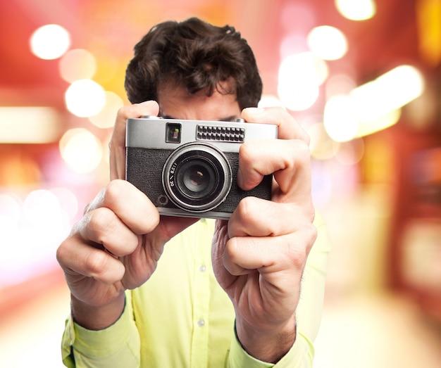 L'uomo con una vecchia macchina fotografica