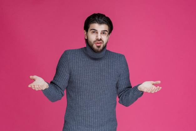 腕を広げた男は罪悪感を感じ、間違いを説明しようとします。