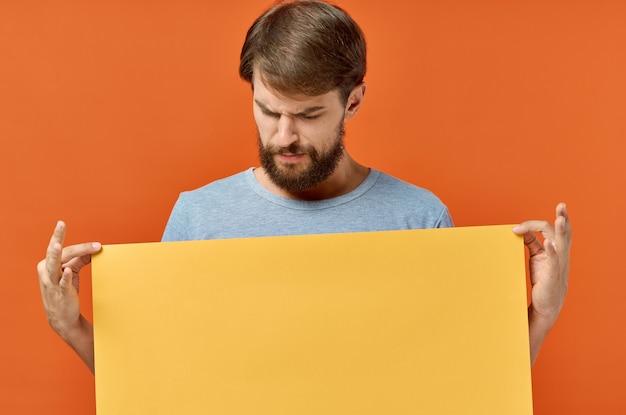Человек с оранжевым листом бумаги плакат маркетинг изолированный фон.