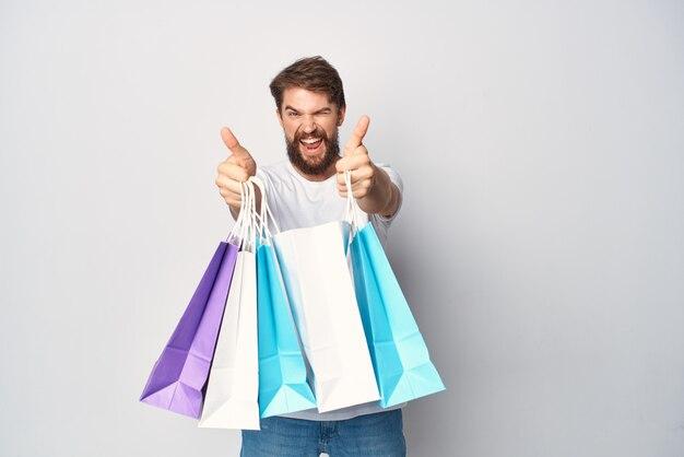 Человек с пакетами в руках модные покупки скидки эмоции