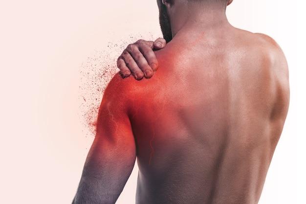 肩の痛みを持つ男。人間の痛みの概念