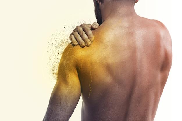 肩の痛みを持つ男