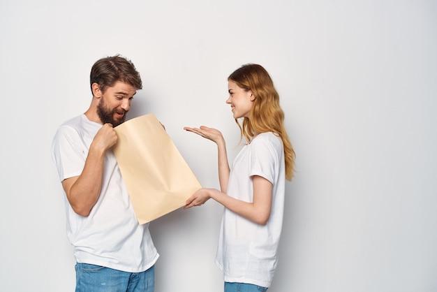 가족 감정을 쇼핑하는 여자 옆에 종이 가방을 든 남자