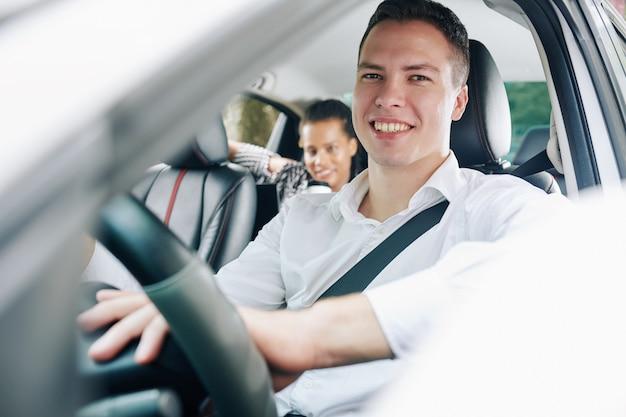 車の中で乗客を持つ男