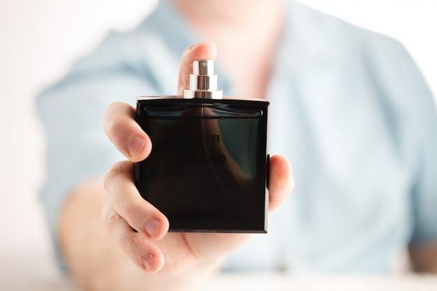 香水を持つ男