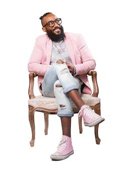 ピンクのジャケットを持つ男は椅子に座っていました