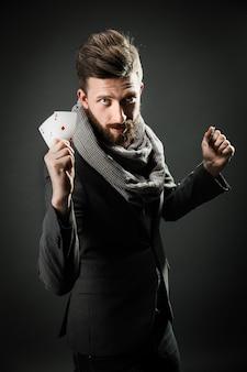 카드 놀이 가진 남자
