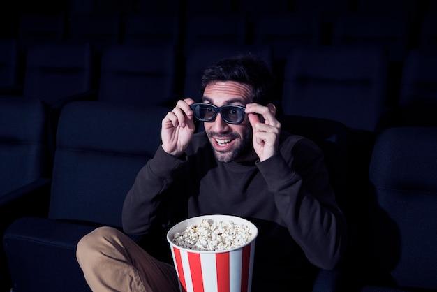 Uomo con popcorn al cinema