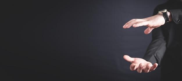 Человек с защитным жестом. бизнес, люди