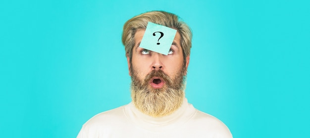 額にクエスチョンマークが付いた男が見上げています。疑問符の付いた紙のメモ。頭の中のひげの男の疑問符、解決策の問題。