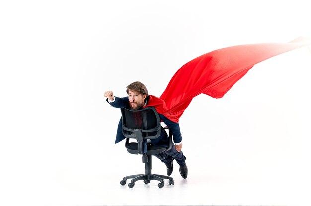 オフィスチェアマネージャーのスーパーヒーロースタジオで赤いマントを着た男