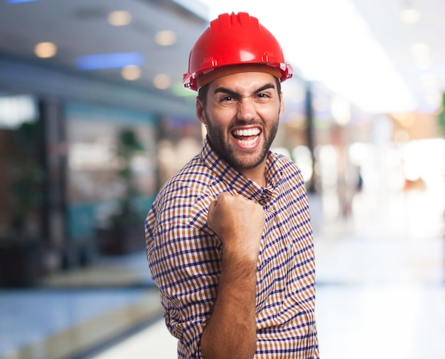 제기 주먹으로 축 하하는 빨간 헬멧을 가진 남자 무료 사진