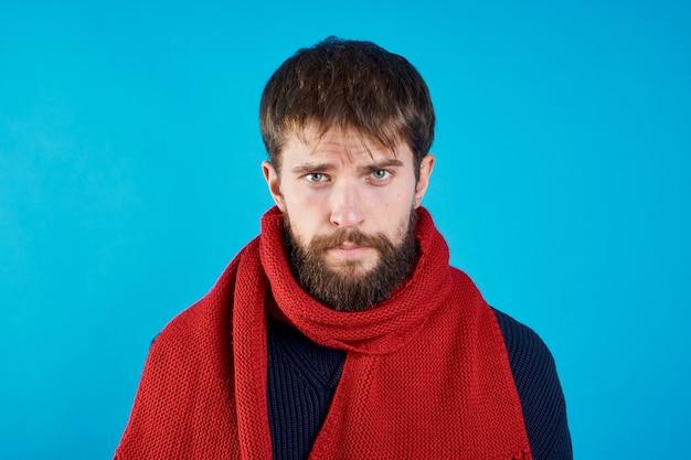 Человек с красным шарфом портрет крупным планом проблемы со здоровьем на синем