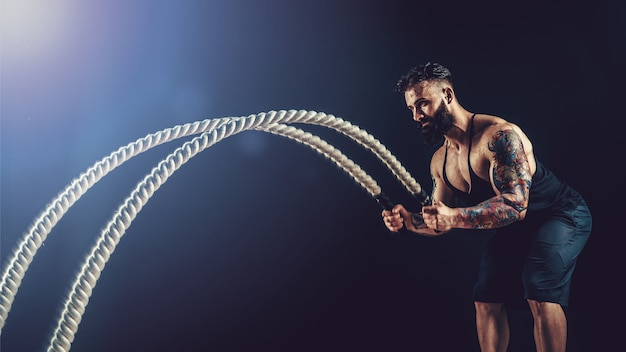 機能訓練でロープを持つ男