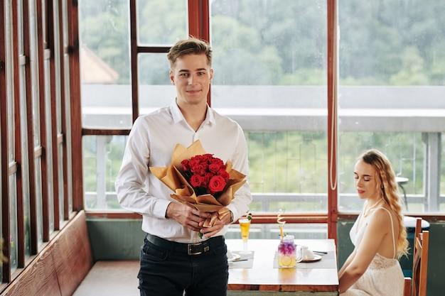 ガールフレンドのためのバラを持つ男