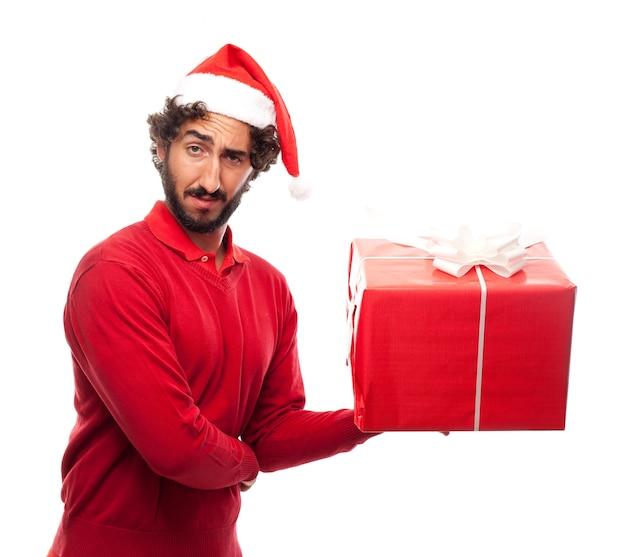 산타의 모자와 손에 선물을 가진 남자