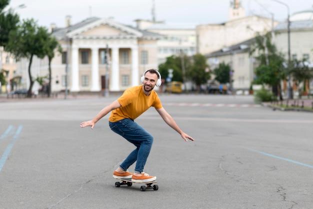 通りでスケートボードを持つ男