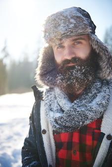 Uomo con un po 'di neve sulla barba