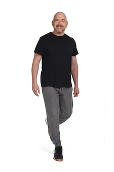 Человек со спортивной одеждой, идущий на белом фоне, спереди