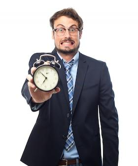 Человек с костюм, проведение будильник